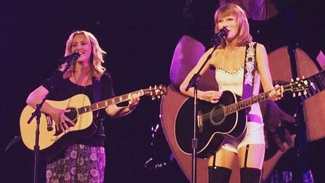Taylor Swift bring Friends star Lisa Kudrow on stage to sing Smelly Cat. Credit: STAPLES